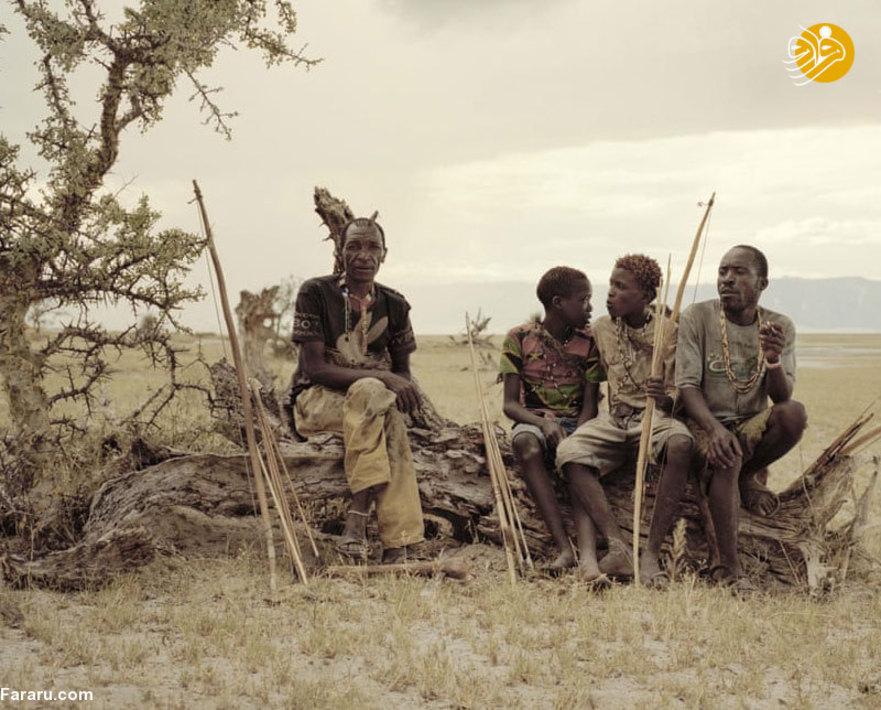 گیاگا مانو، اسامه و مادنی بر روی یک درخت مرده استراحت می کنند