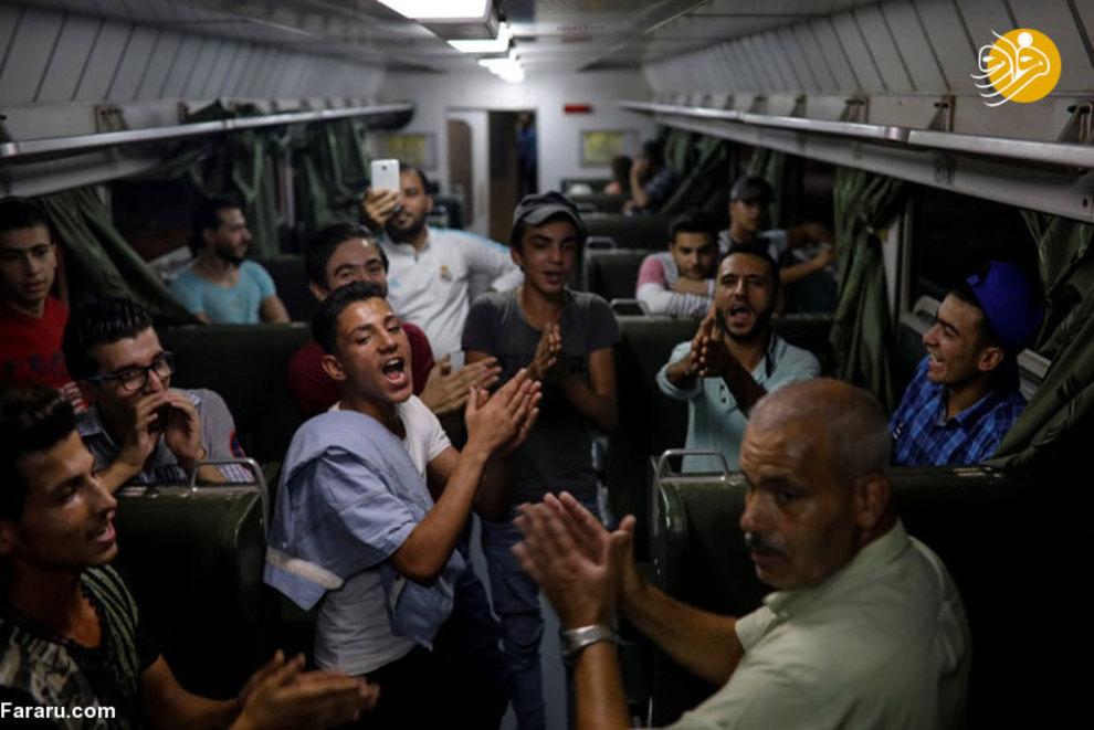 مردم سوریه با شادی و رقص در حال سفر با قطار به اطراف شهر هستند. مقصد آنها یک نمایشگاه بین المللی است که به تازگی در دمشق افتتاح شده است