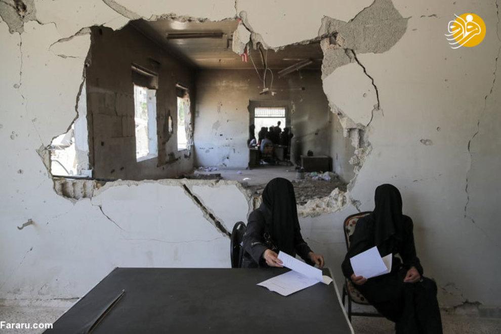 زنان منتظر در شهر دوما که منتظر هستند پزشک به درمان آنها رسیدگی کند. آخرین شهری که در غوطه شرقی اسیر بمبهای شیمیایی شد شهر دوما بود