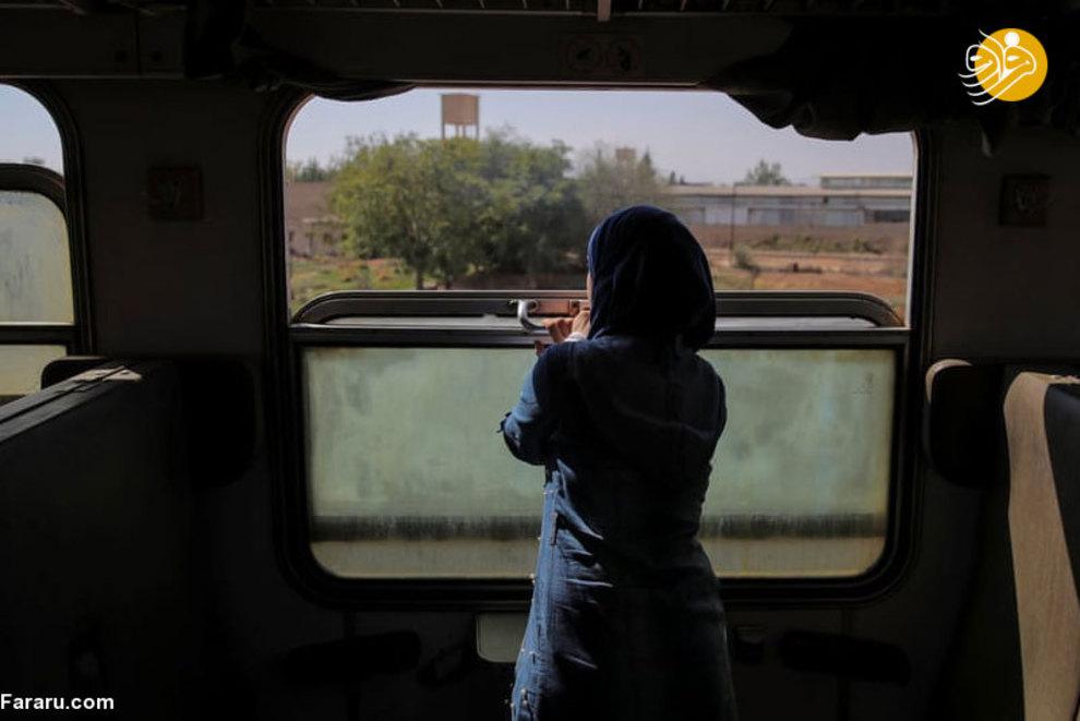 زنی که از پنجره قطار به خرابی های شهر خیره شده است