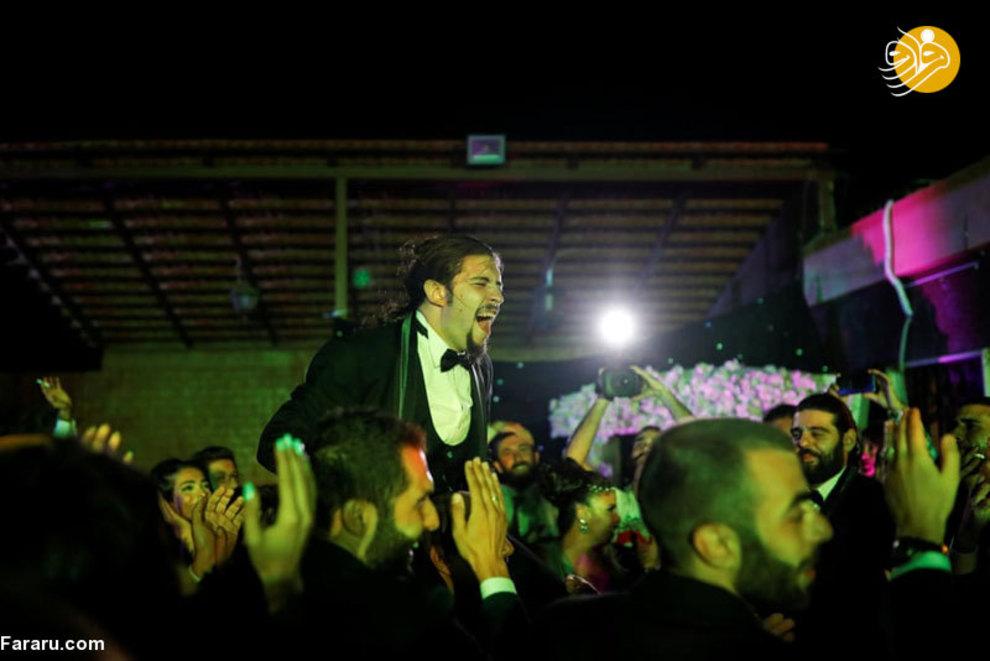 آنتون در مراسمی عروسی خود بر روی دوش دوستانش قرار گرفته و به شادی و رقص میپردازند
