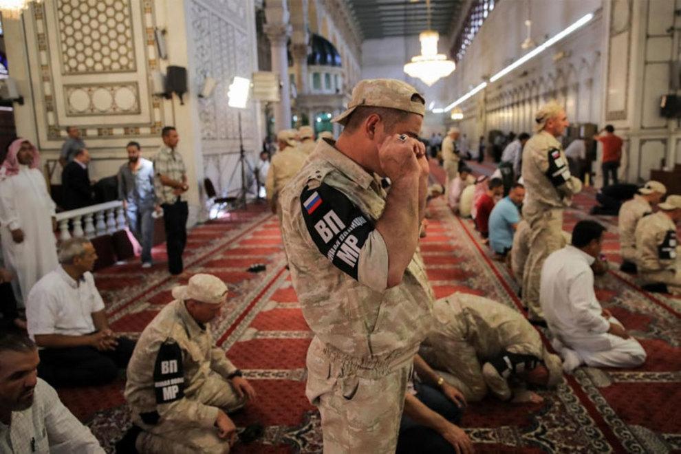 سربازان روسی در حال خواندن نماز در مسجد امویان دمشق