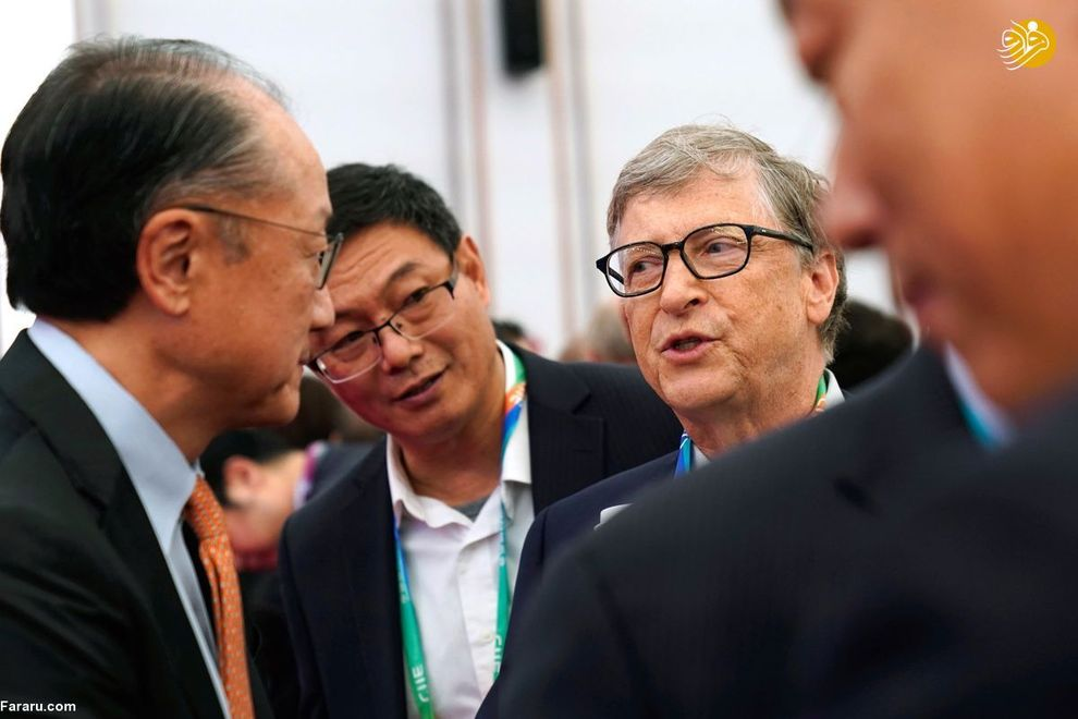 بیل گیتس در حال گفت و گو با رئیس گروه بانک جهانی(جیم، یونگ کیم) در حاشیه افتتاحیه نمایشگاه