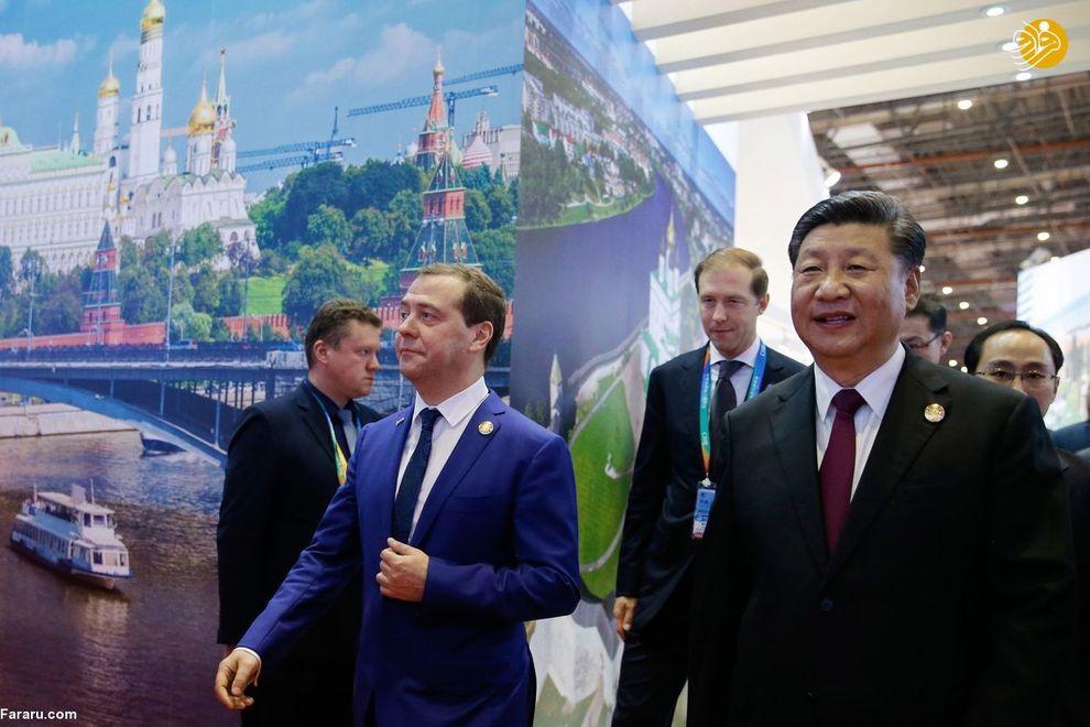 دیمیتری مدودف، نخست وزیر روسیه و شی جینگ پینگ در حال بازدید از نمایشگاه