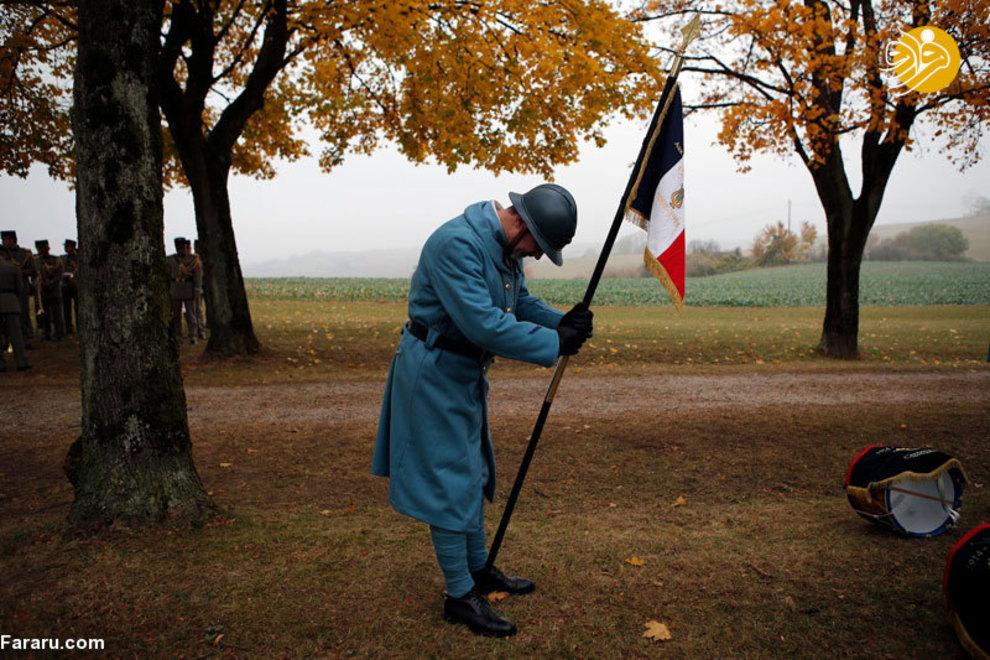 سرباز متنظر رسیدن ماکرون است. این جشن به عنوان بخشی از جشن های صدسالگی جنگ جهانی اول  در فرانسه به حساب میآید