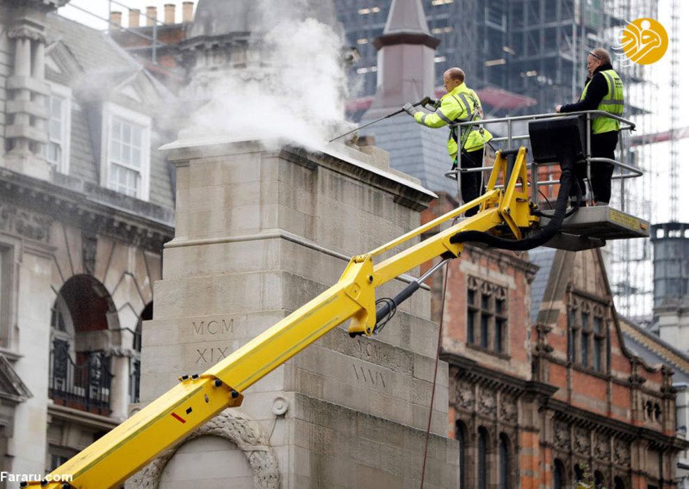 کارگران شهرداری در حال تمیز کردن دیوارهای مرکز شهر لندن
