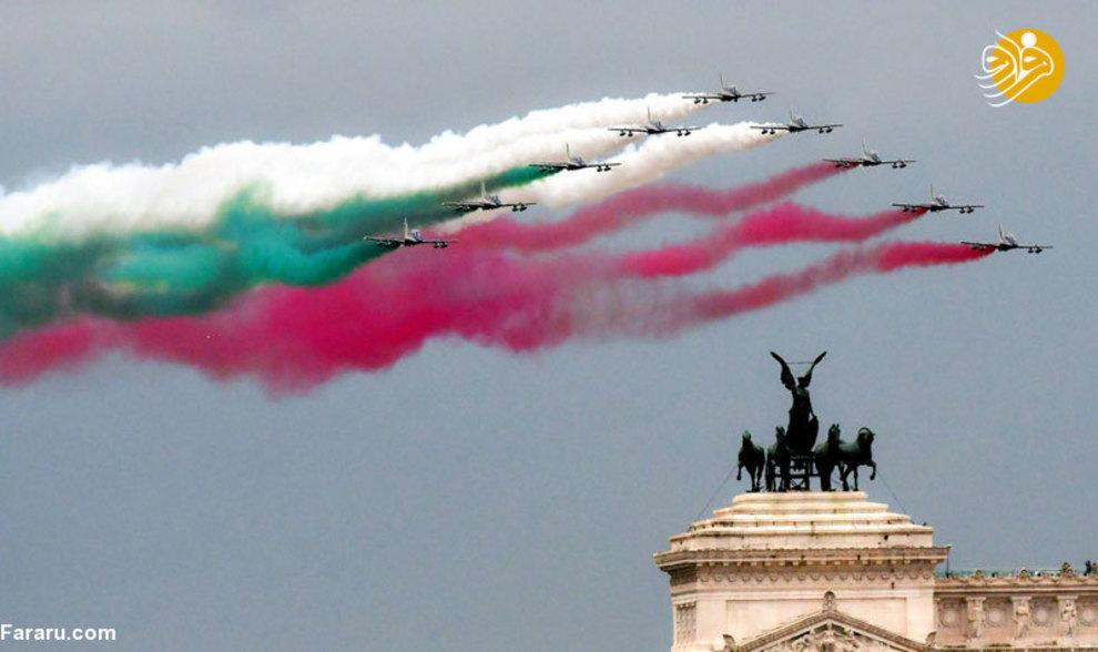 جت های نیروی هوایی ایتالیا با رنگ پرچم این کشور در حال پرواز در شهر رم