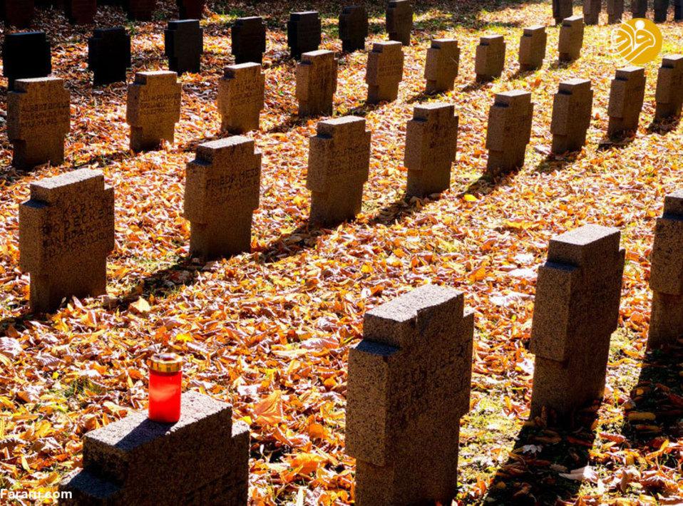 روشن کردن شمع در محل دفن قربانیان جنگ جهانی اول در فرانکفورت آلمان (3 نوامبر) . هر چند قرار نیست در آلمان این مراسم برگزار شود ولی آنکلا مرکل با دعوت ماکرون به فرانسه و فرانک والتر اشتاین رئیس جمهور آلمان به لندن خواهد رفت