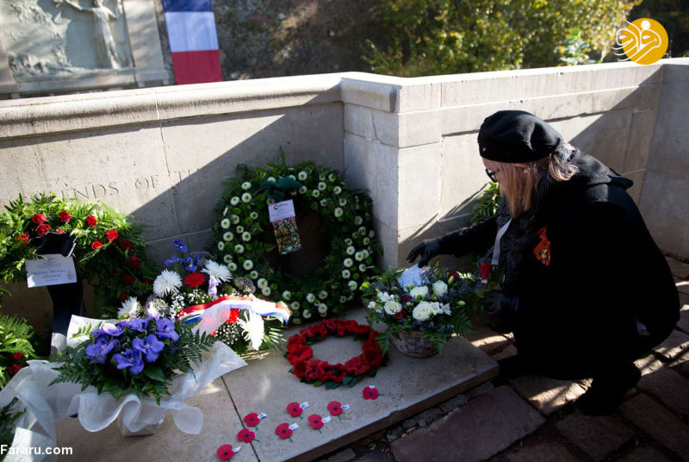 هلن پولاک که پدرش در جنگ جهانی اول کشته شد با گذاشتن گل بر روی قبرش یاد او را گرامی میدارد( 4 نوامبر ، نیوزیلند)