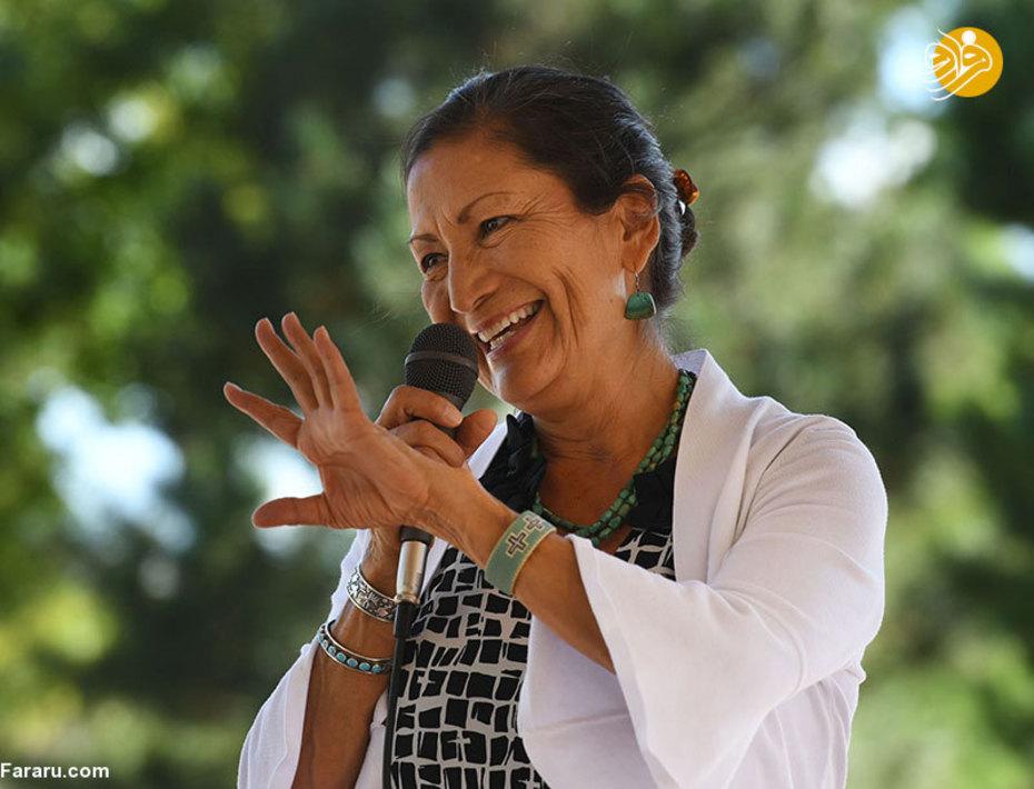 دب هالند که یکی نامزدهای حزب دموکرات ایالت نیومکزیکوبود، به همراه دیویدز به اولین بومیان آمریکا تبدیل شدند که وارد کنگره خواهند شد