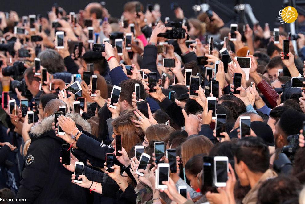 مردم هیجان زده در نمایشگاه مد پاریس (اکتبر 2017)