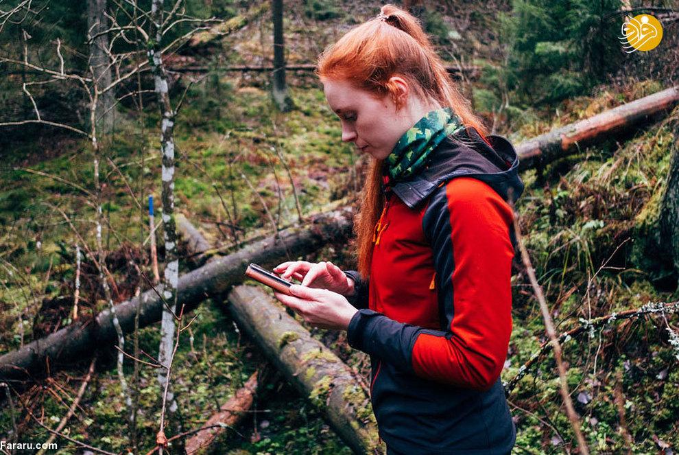 مهندس منابع طبیعی برای کنترل اتفاقاتی که در جنگل می افتد از گوشی هوشمن استفاده میکند