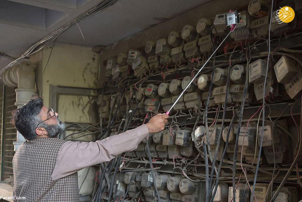 محمد نوشاد، کارمند اداره مخابرات پاکستان ( او معتقد است که کار کردن با گوشی های هوشمند بسیار سخت و طاقت فرساست)