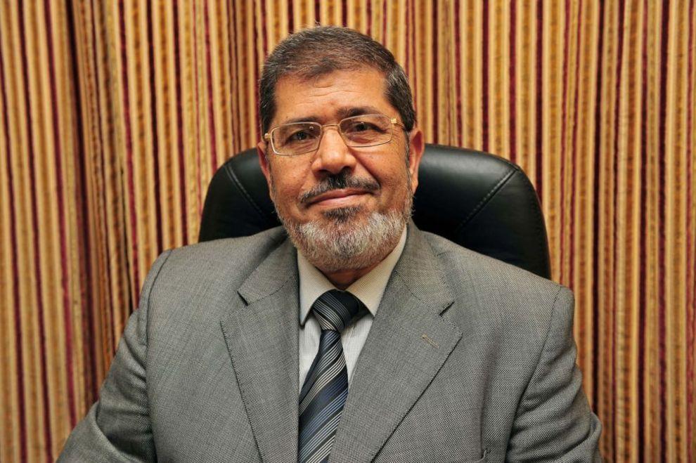 محمد مرسی، رهبر حزب آزادی و عدالت مصر و عضو سابق شورای رهبری اخوانالمسلمین. این حزب در ۳۰ آوریل سال ۲۰۱۱ تاسیس شد و روابط نزدیکی با اخوانالمسلمین داشت - مصر، ۲۵ اوت ۲۰۱۱.