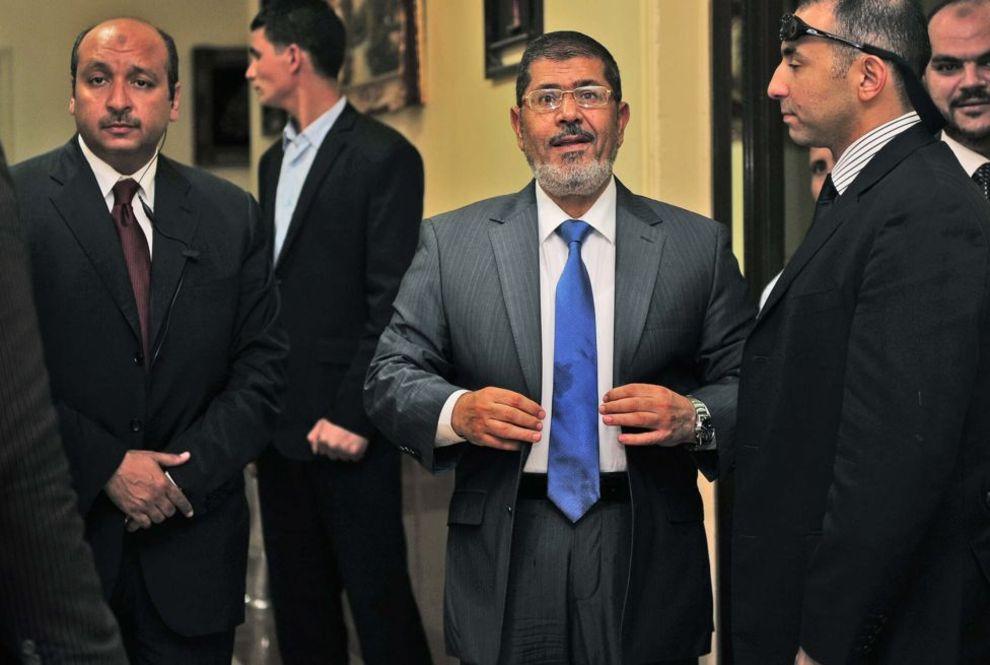 محمد مرسی نامزد مورد حمایت اخوانالمسلمین در انتخابات سال ۲۰۱۲ مصر بود. در این تصویر او در در آخرین روزهای مبارزات انتخاباتیاش در زادگاهش، استان شرقیه، دیده میشود. او در انتخابات آن سال با آخرین نخست وزیر دولت حسنی مبارک، رئیس جمهور مخلوع مصر، رقابت کرد و برنده شد - شرقیه، ۱۲ ژوئن ۲۰۱۲.