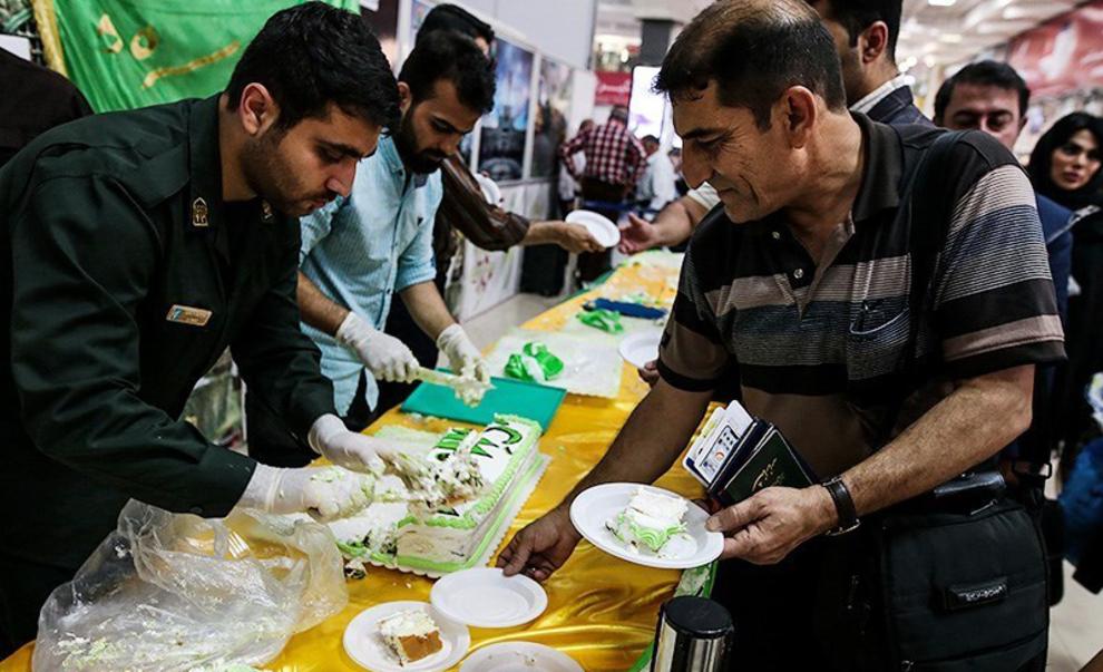 resized 538541 259 - عکس های توزیع کیک 80 کیلویی به مناسبت عید غدیر در فرودگاه اهواز