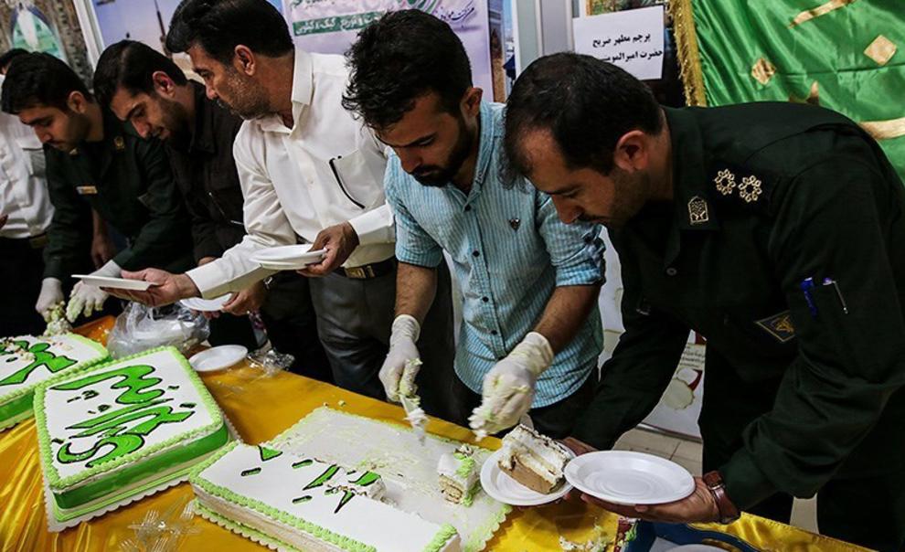resized 538542 578 - عکس های توزیع کیک 80 کیلویی به مناسبت عید غدیر در فرودگاه اهواز