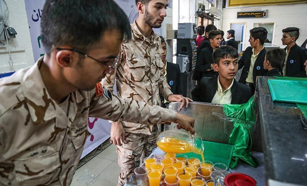resized 538546 633 - عکس های توزیع کیک 80 کیلویی به مناسبت عید غدیر در فرودگاه اهواز