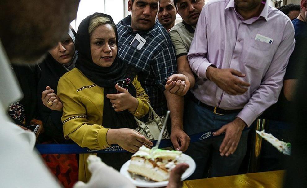 resized 538550 169 - عکس های توزیع کیک 80 کیلویی به مناسبت عید غدیر در فرودگاه اهواز