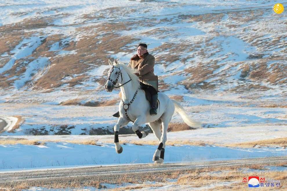 اسب سواری کیم جونگ اون رهبر کره شمالی در یک منطقه برفی