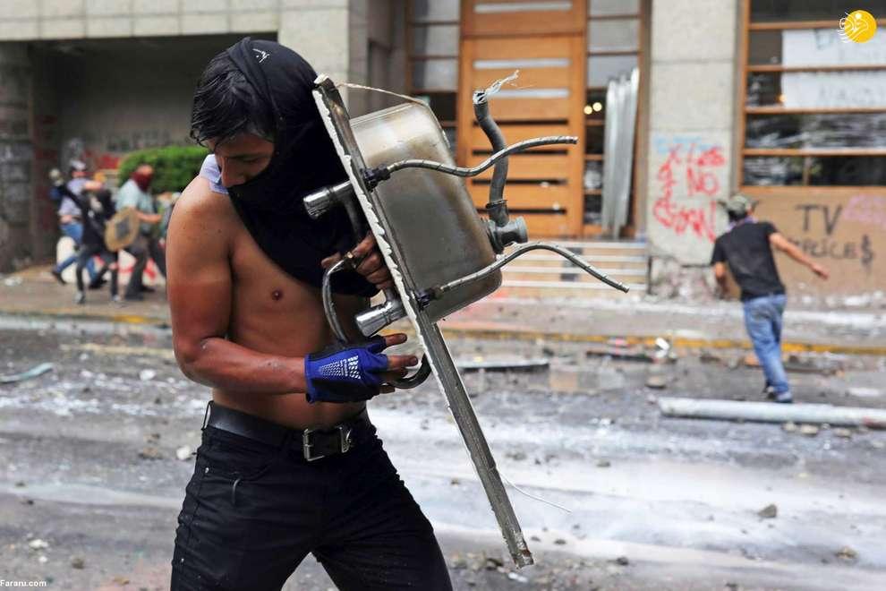 یک تظاهرکننده با سینک ظرفشویی در اعتراضات ضد دولتی شیلی
