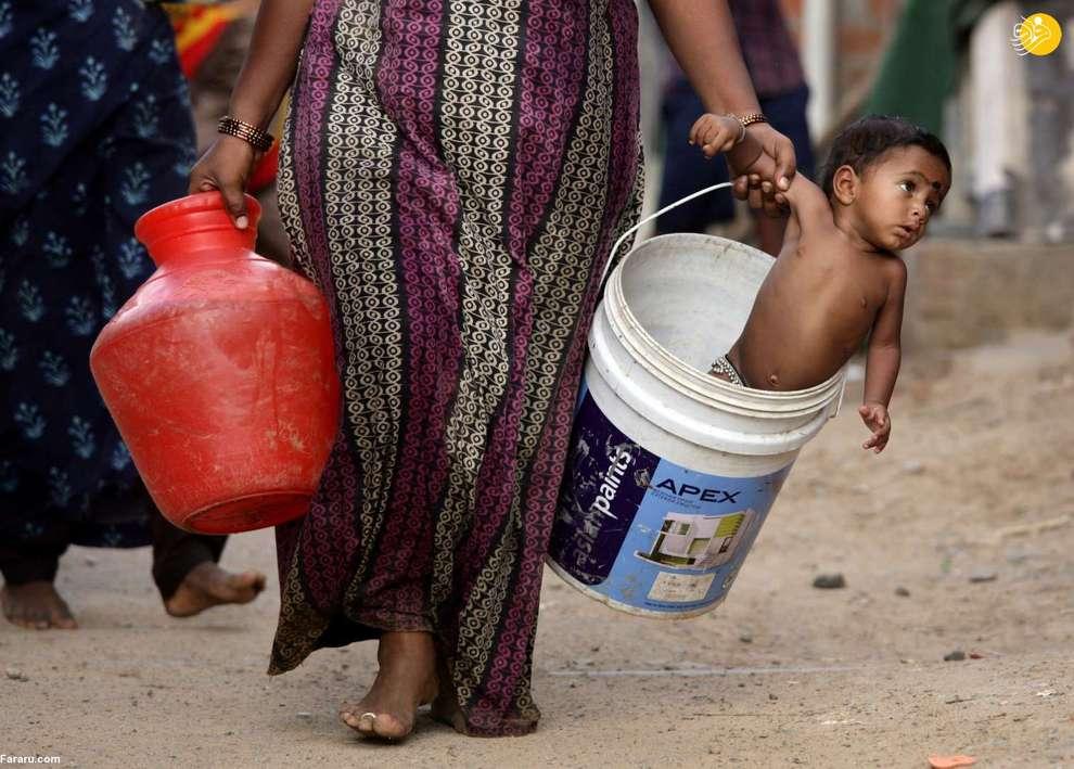 کودکی در سطل آب در چنای هند
