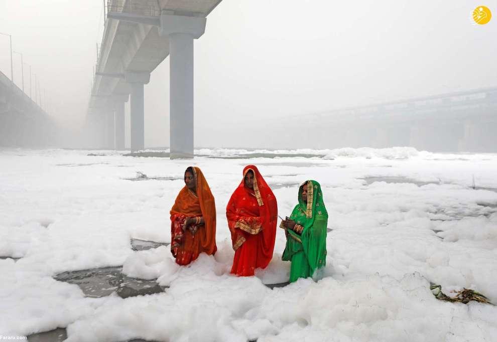 زنان هندو در آب آلوده رودخانه جمنا