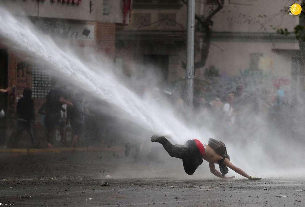 پرتاب یک معترض با جریان آب در سانتیاگوی شیلی