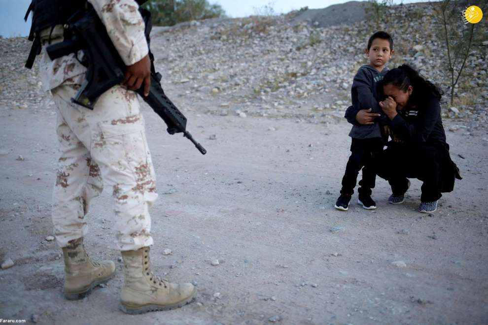 گریه یک زن مهاجر کنار فرزندش پس از بازداشت توسط ماموران مرزی مکزیک